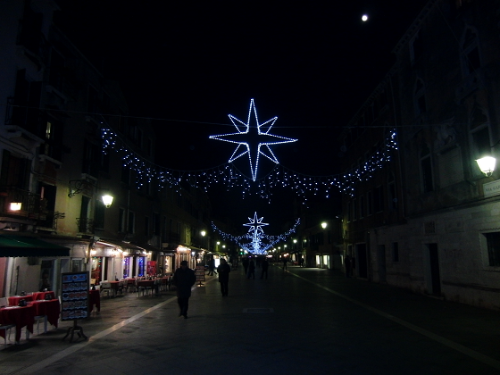 I festoni luminosi in via Garibaldi a Venezia